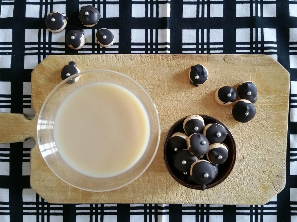 Cardamom Mini-Makronen an Cocktail